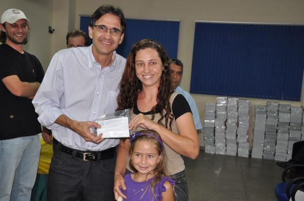 Lanzarini realiza a entrega de óculos para do programa Ver Melhor Foto - Divulgação -
