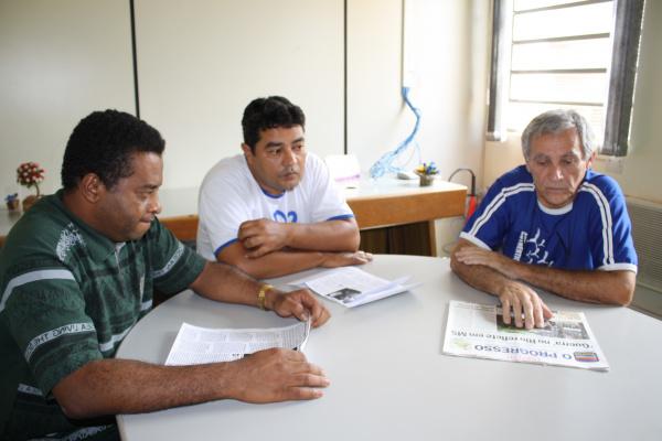 Rogério Lourenço, presidente do Conselho, ladeado dos conselheiros Anísio e Leonardo Foto: Hédio Fazan -