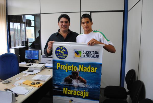 Prefeito Celso Vargas e nadador Eduardo  Aguilera que conquistou excelente colocação  Foto: Divulgação  -