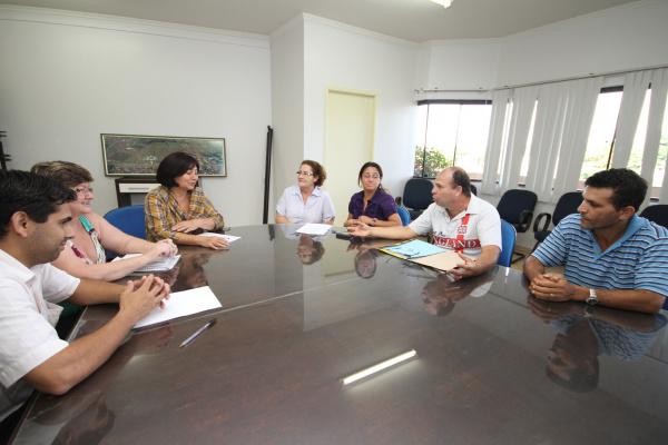 Délia Razuk com  representantes do Sinsemd; pedido atendido após dez anos de espera Foto:  A. Frota -