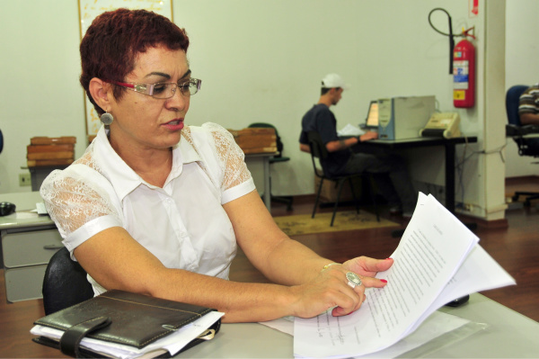 Itaciana mostra ofícios em que diz que tudo está em ordem na pasta    Foto: Marcos Ribeiro -