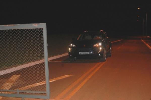 Momento em que Artuzi deixou o presídio federal ontem à noite em Campo Grande Foto: Campo Grande News  -