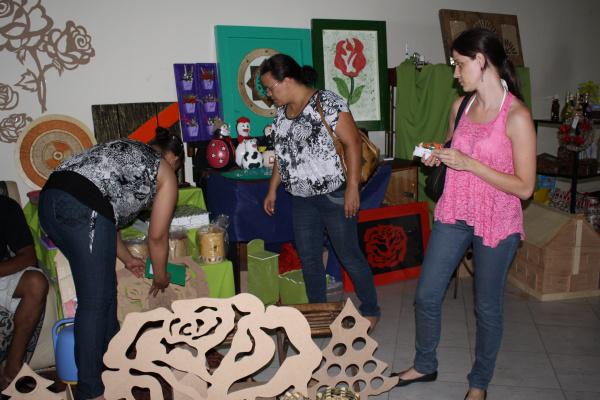 Feira  do artesanato está acontecendo no calçadão da Nelson de Araújo Foto: Hédio Fazan -