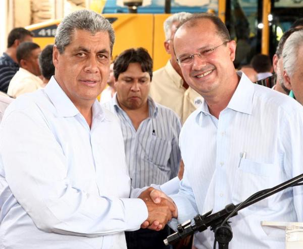 Puccinelli cumprimenta Barbosinha, que estará hoje em Brasília firmando convênios do PAC2 Foto: Divulgação     -
