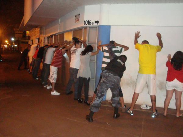 Todas as pessoas que estavam em bares e lanchonetes foram revistadas Foto: Cido Costa   -
