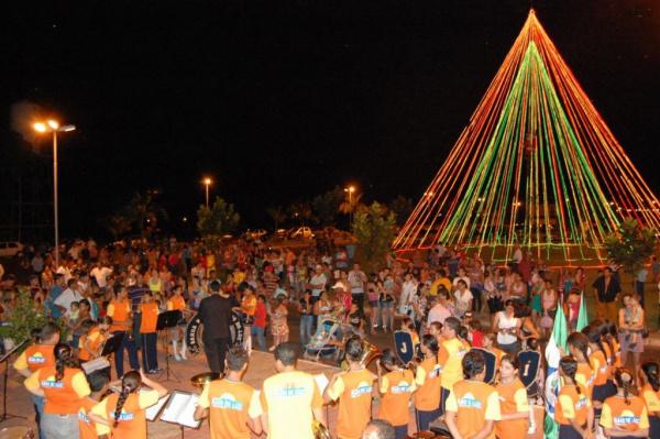 As luzes de natal da enorme árvore foram acesas na noite de sábado  Foto: Divulgação -