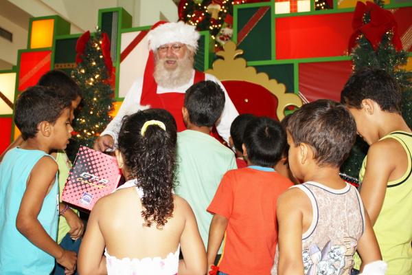 Crianças acolhidas nos orfanatos de Dourados se divertem no Shopping Foto: Hedio Fazan    -