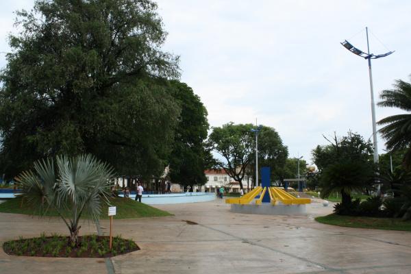 Sem tapumes, a  praça finalmente está liberada para a população circular livremente Foto: Hedio Fazan    -