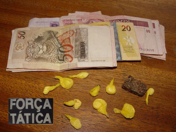 """Droga e dinheiro apreendidos na """"Boca do Cabeludo"""" Foto: Sidnei L. Bronka    -"""