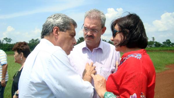 André diz a Geraldo e Délia Razuk que vai apoiar candidato indicado pelo PMDB  - Crédito: Foto: Roney Minella