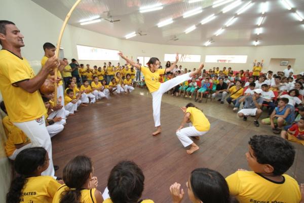 Atenção total no gingado da capoeira da escola Sócrates Câmara  - Crédito: Foto: A. Frota