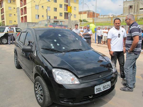 No carro do prefeito Braz Paschoalin é possível contar 19 perfurações   - Crédito: Foto: Juliana Cardilli