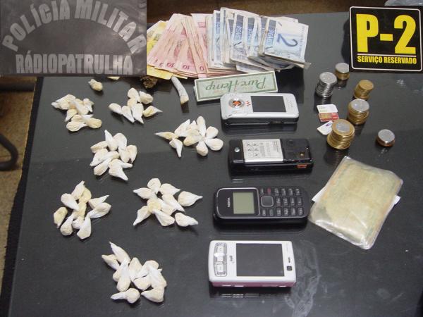 Dinheiro, droga e aparelhos celulares apreendidos Foto: Sidnei L. Bronka   -