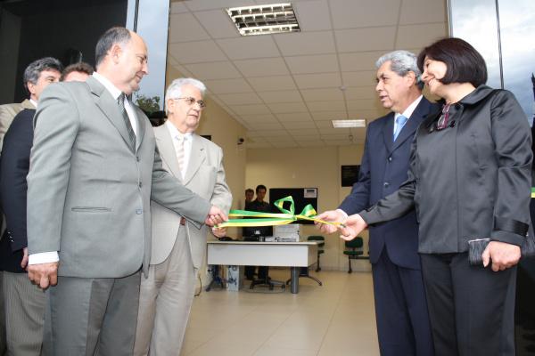 Autoridades descerram a fita inaugural Foto: Hédio Fazan -
