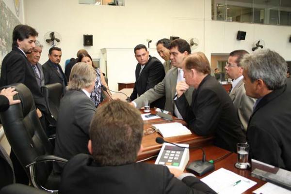 Vereadores discutem a denúncias encaminhadas a Câmara  Foto: Éder Gonçalves   -