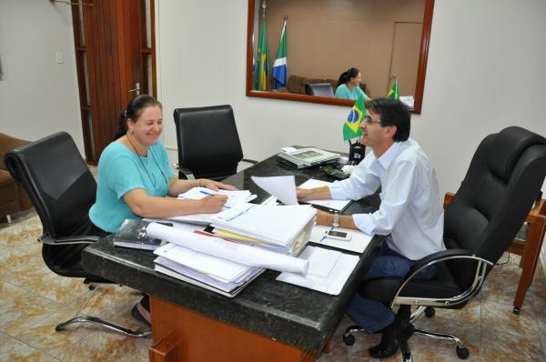 Prefeito Dirceu Lanzarini e secretária de educação Zita Centenaro   - Crédito: Foto: Felipe Schinaider