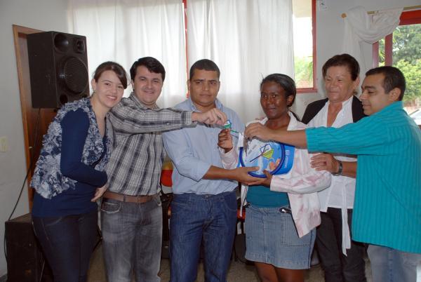 Prefeito, 1ª dama e vereadores entregam chave a beneficiária  - Crédito: Foto: Rogério Sanches