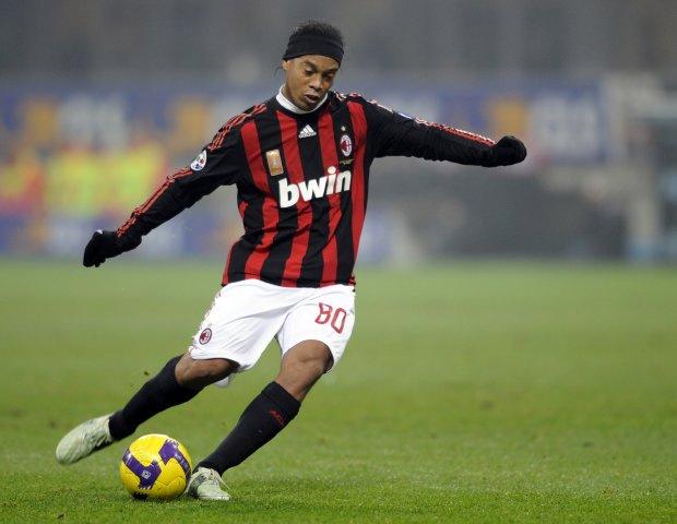 Ronaldinho, na reserva do Milan, pretende voltar a jogar no Brasil onde está fora há 9 anos  - Crédito: Foto: Arquivo