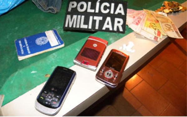 """Celulares e dinheiro apreendidos na """"Boca do Negão""""   - Crédito: Foto: André Nezzi"""