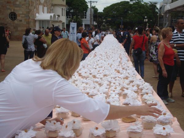 Bolo foi distribuido hoje cedo para quem passava pela Praça Foto: Cido Costa -