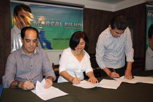 Carlos Henrique Cabral, Délia Razuk e Marçal assinam convênio que beneficia Dourados   - Crédito: Foto: Divulgação