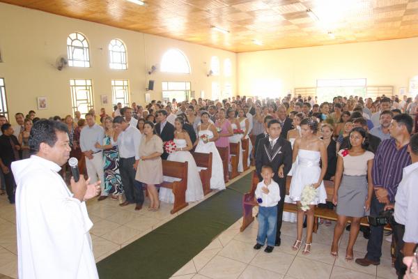 O padre Gregorius Wuwur com os casais e as pessoas que foram batizadas e crismadas   - Crédito: Foto: Zenyl Ferreira de Araújo