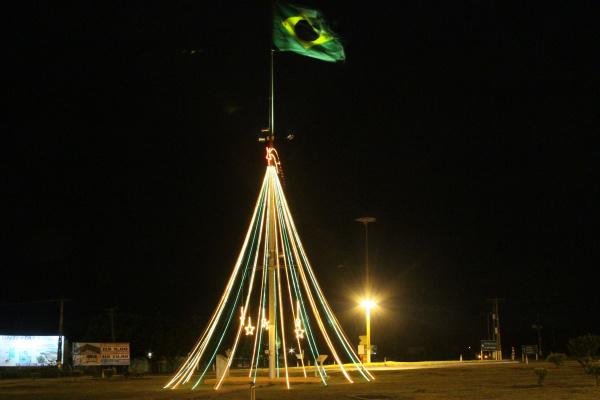 Árvore de Natal montada no Trevo da Bandeira com apoio de indústria  - Crédito: Foto: A Frota