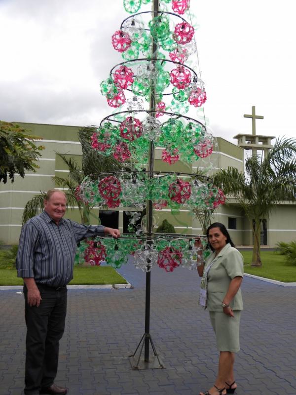 Darcy e a primeira-dama Maria Aparecida com a árvore de Natal   - Crédito: Foto:  Divulgação