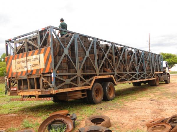 Caminhão carregado com pneus velhos que foram recolhidos pela Prefeitura de Amambai   - Crédito: Foto: Divulgação