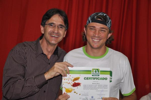 O prefeito Dirceu Lanzarini entrega certificado a um dos jovens formandos  - Crédito: Foto: Divulgação