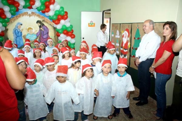 Prefeito Gilberto Carvalho assiste apresentações das crianças  - Crédito: Foto: Divulgação