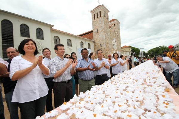 Prefeita Délia Razuk em frente ao bolo dos 75 anos, distribuído na Praça Antonio João  - Crédito: Foto: A. Frota