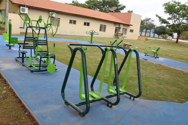 Academia municipal conta com vários aparelhos para a realização de exercícios ao ar livre   - Crédito: Foto: Divulgação