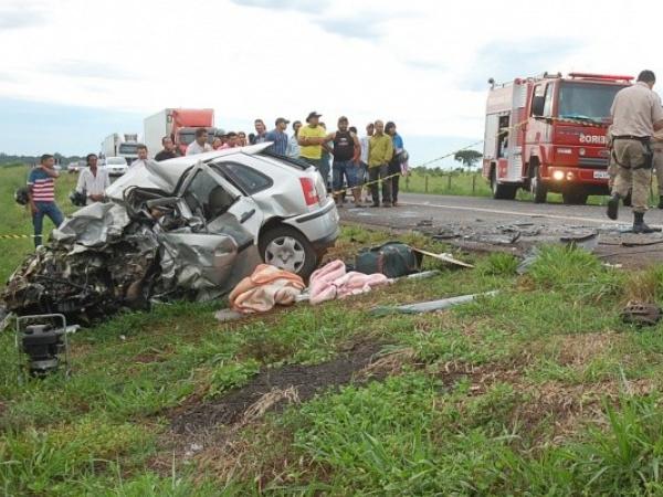Veículos ficaram destruídos e pista foi interditada. Foto: Simão Nogueira/Campo Grande News  -