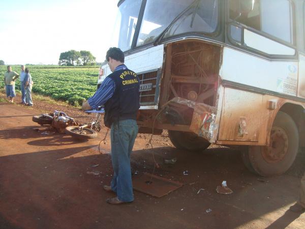 Motociclista bateu na parte da frente do ônibus e sofreu traumatismo craniano   - Crédito: Foto: Cido Costa