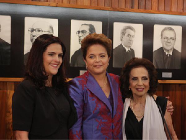 Paula, Dilma e sua mãe, Dilma Jane -