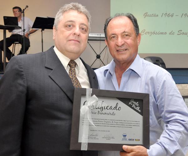 Dep. José Teixeira entrega homenagem de Sócio Benemérito da ACED a Horácio Cersósimo, representado pelo filho Paulo Estevão -