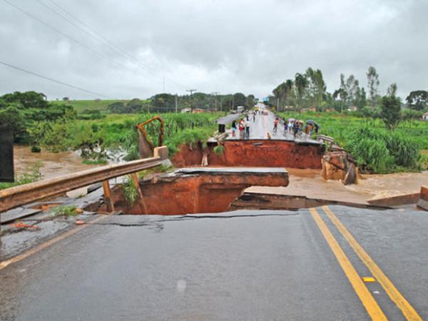 Ponte desaba em rodovia de Goiás - Crédito: Foto: Marcio Amaral do Couto/VC no G1