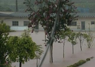 Pátio de empresa de produtos eletrônicos ficou coberto de água no bairro Mantiqueira. - Crédito: Foto: Reprodução/TV Globo