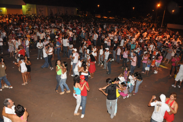 Foi uma noite de muita alegria e diversão para a população de Amambai  - Crédito: Foto: Felipe Schinaider