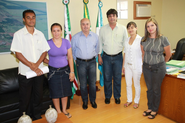 O prefeito Gilberto Garcia recepcionou as novas servidoras  - Crédito: Foto: Divulgação