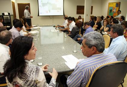 André, Simone e Marun na reunião com prefeitos de municípios beneficiados  - Crédito: Foto: Rachid Waqued