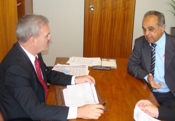 Geraldo Resende com o prefeito Toninho: mais benefícios para Mundo Novo.  - Crédito: Foto: Divulgação