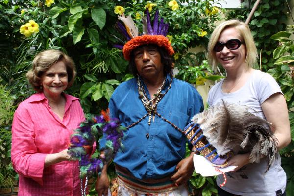Cacique Renato entrega cocares às diretoras Adiles e Blanche Torres  - Crédito: Foto: Hédio Fazan