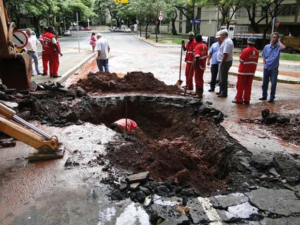 Prefeitura e Copasa vistoriam cratera na Avenida Prudente de Morais, em BH. - Crédito: Foto: Pedro Triginelli/G1