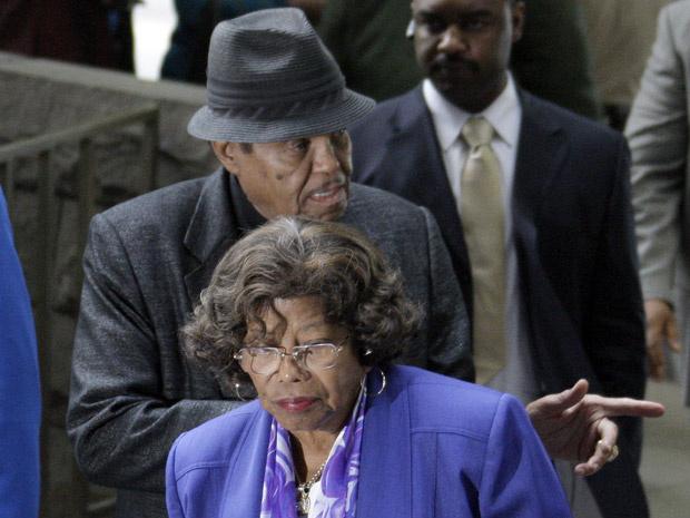Joe e Katherine Jackson, pais de Michael, chegam à audiência preliminar em Los Angeles nesta quarta-feira - Crédito: Foto: AP
