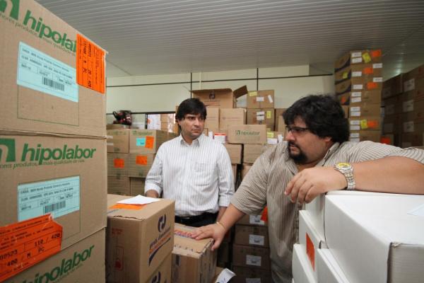Racib e Sérgio Henrique avaliam remessa de medicamentos, na Central   - Crédito: Foto: A. Frota