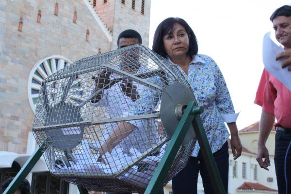 Prefeita Délia Razuk durante o sorteio das casas, ontem na Praça Antônio João  - Crédito: Foto: Hedio Fazan