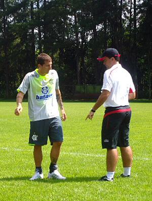 Bottinelli conversa com o auxiliar Lopes Júnior  - Crédito: Foto: Richard Souza / GLOBOESPORTE.COM