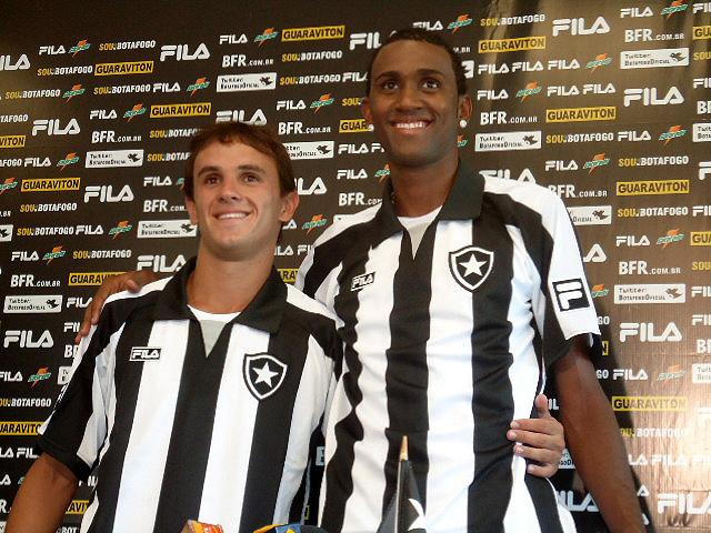 Lucas e João Filipe na apresentação oficial ao Botafogo - Crédito: Foto: Gustavo Rotstein / Globoesporte.com